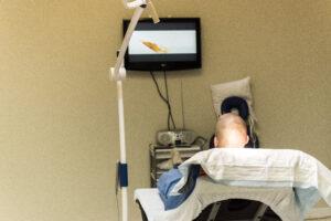 FUE Haartransplantatie Arjan Benning - film kijken tijdens de ingreep