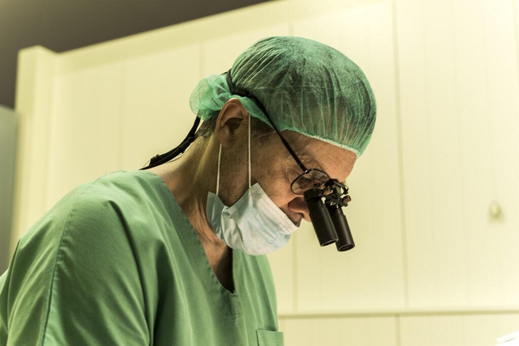 Haarchirurg aan het werk ABC Clinic